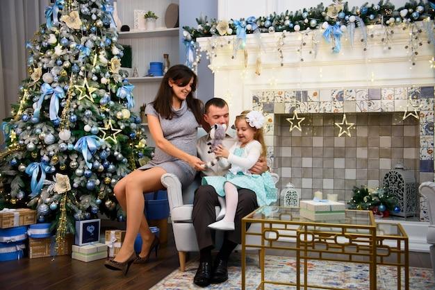 Le coppie felici della famiglia danno i regali nel salone