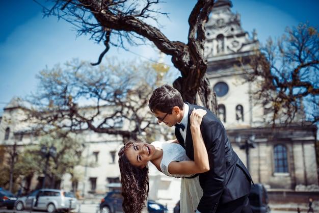 Le coppie felici e amorose che camminano e fanno la foto nella vecchia città