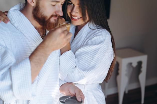 Le coppie felici godono della reciproca compagnia in una stanza d'albergo.