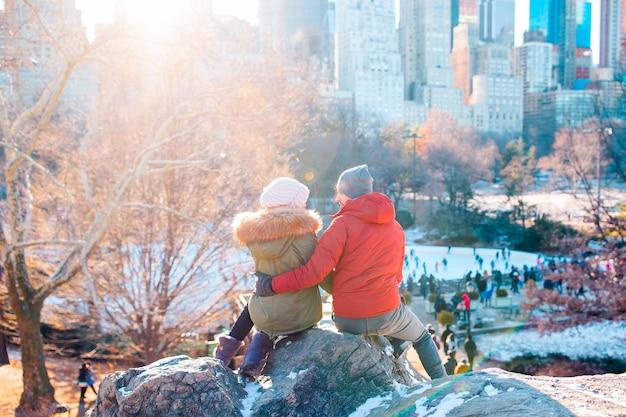 Le coppie felici godono della vista della famosa pista di pattinaggio sul ghiaccio a central park a new york