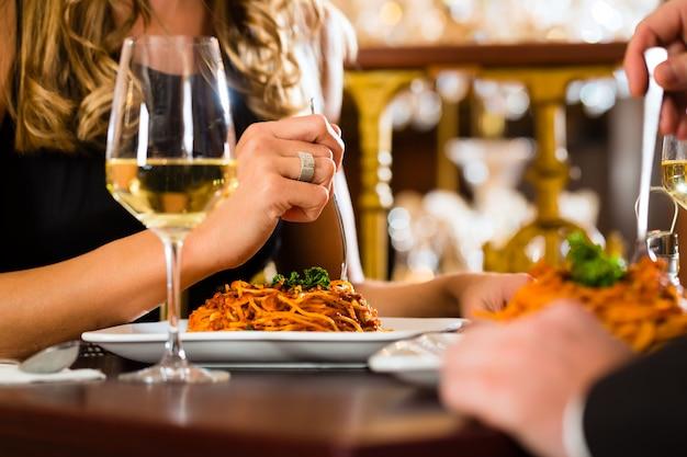 Le coppie felici hanno un appuntamento romantico ristorante raffinato, primo piano