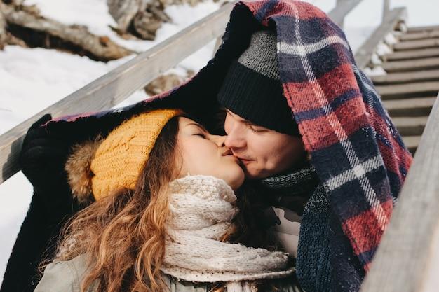 Le coppie felici nell'amore che fa selfie a forest park nella stagione fredda. viaggi avventura storia d'amore