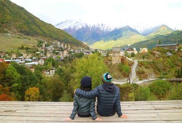 Le coppie godono della vista mozzafiato della città di mestia con le case-torri svan, svaneti regio, georgia