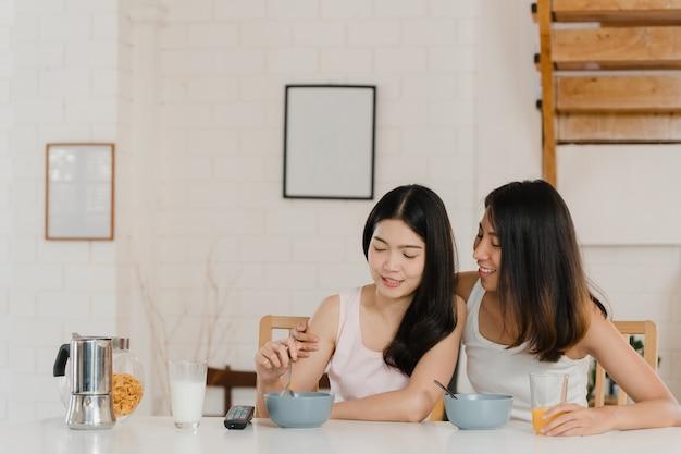 Le coppie lesbiche asiatiche del lgbtq fanno colazione a casa