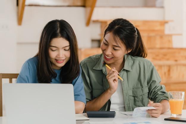 Le coppie lesbiche asiatiche delle donne del lgbtq di affari tengono conto a casa