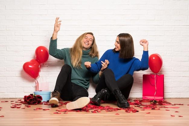 Le coppie nel giorno di san valentino godono di ballare mentre ascoltano la musica ad una festa