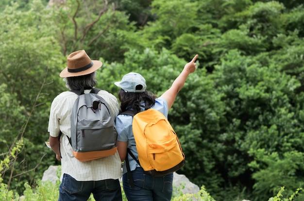 Le coppie senior viaggiano insieme su vacanze estive