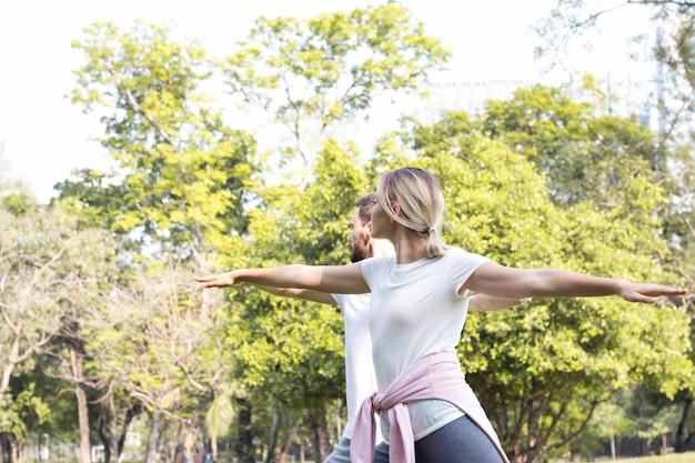 Le coppie si esercitano nel parco.