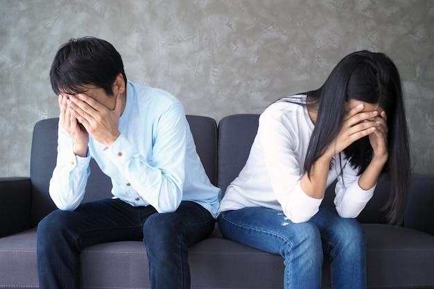 Le coppie sono annoiate, stressate, turbate e irritate dopo aver litigato. crisi familiare e problemi relazionali che finiscono