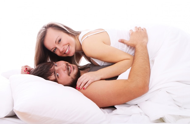 Le coppie sorridenti si rilassano a letto