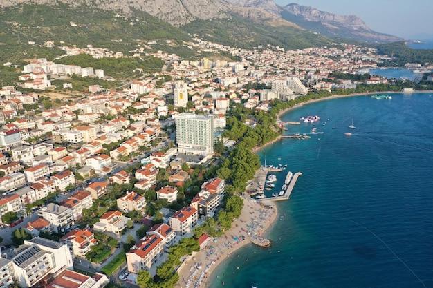 Le costruzioni e le case si avvicinano al mare e alle montagne a makarska, croazia