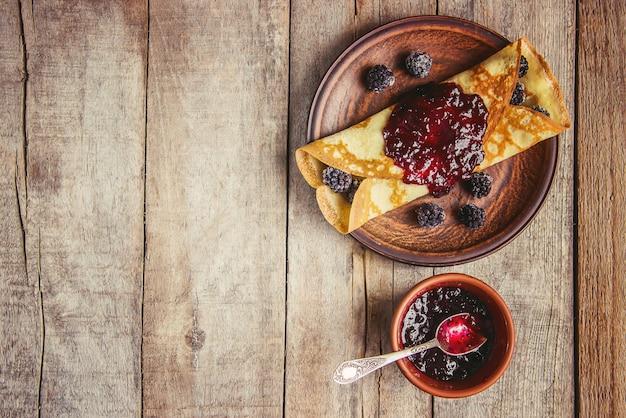 Le crepes sono fatte in casa. pancakes. messa a fuoco selettiva cibo