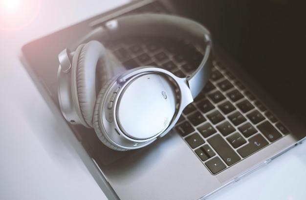 Le cuffie professionali si trovano su un computer portatile