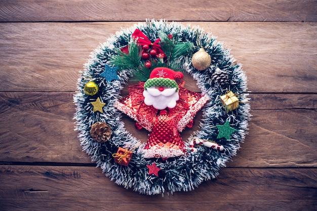 Le decorazioni per le celebrazioni natalizie sono disposte su pavimenti in legno