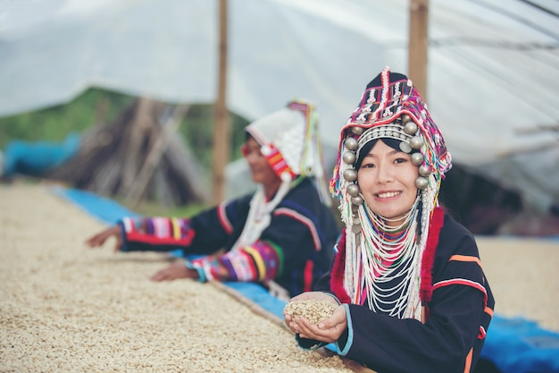 Le donne akha sorridevano e ammiravano il caffè