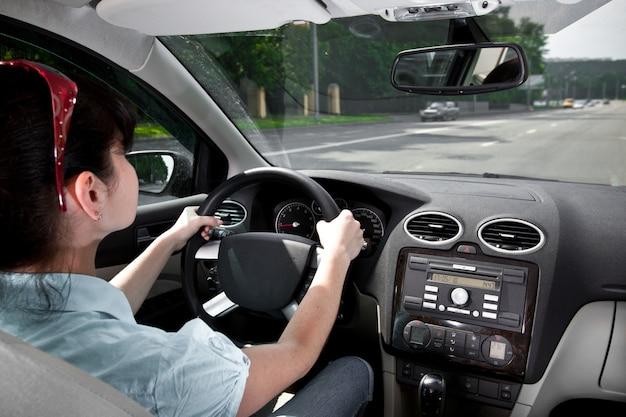 Le donne al volante dell'auto