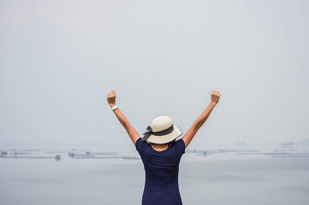 Le donne alzano le braccia sfondo