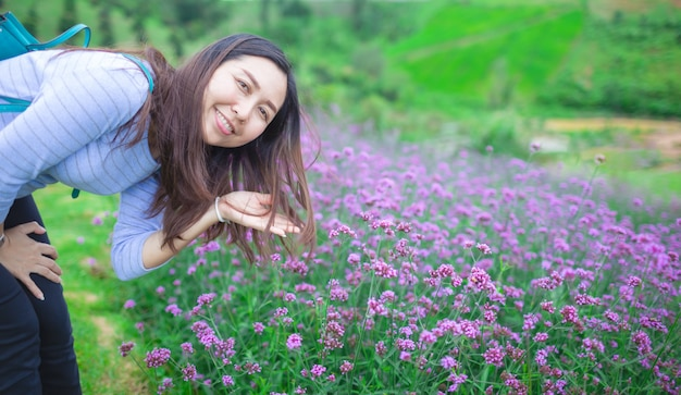 Le donne asiatiche ammirano i bellissimi campi di lavanda