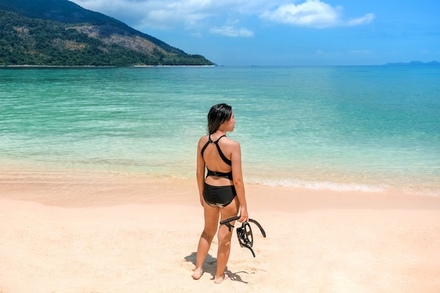 Le donne asiatiche dell'estate che si rilassano sulla spiaggia sabbiosa prima di snorkel