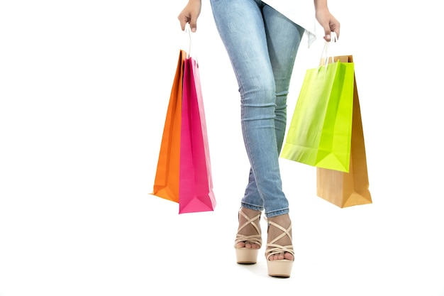Le donne asiatiche e la bella ragazza stanno tenendo i sacchetti della spesa e comprano con la carta di credito