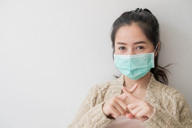 Le donne asiatiche indossano maschere per la salute per prevenire germi e polvere. pensieri sull'assistenza sanitaria