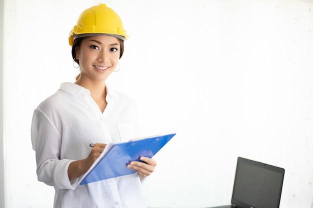 Le donne asiatiche ingegnere ispezionando e lavorando e tenendo i modelli in ufficio