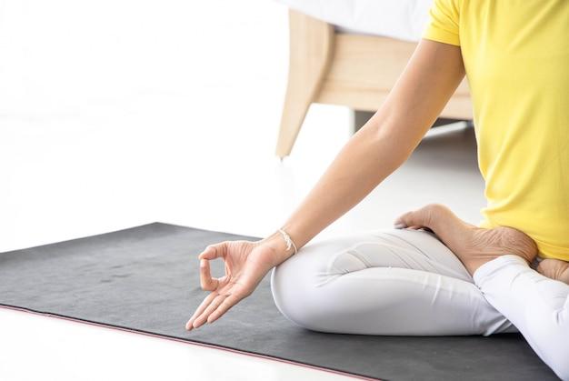Le donne asiatiche meditano mentre praticano yoga