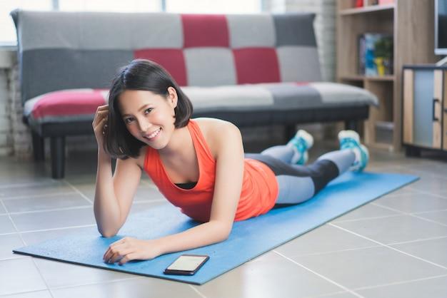 Le donne asiatiche stanno riposando e ascoltando musica dall'esercizio.