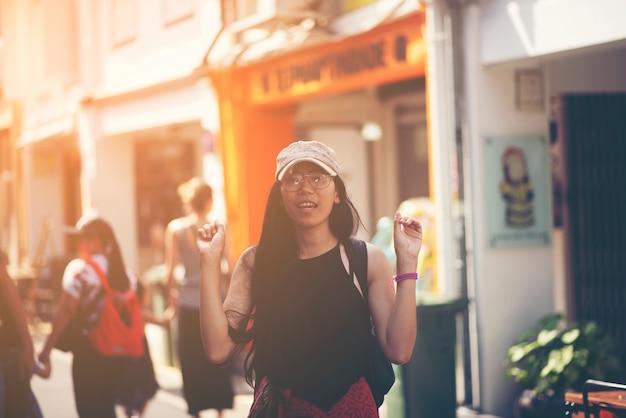 Le donne asiatiche viaggiano a singapore