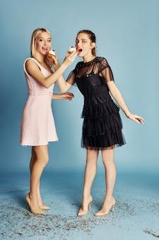 Le donne celebrano la festa divertendosi