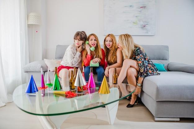 Le donne chiamano telefono in festa