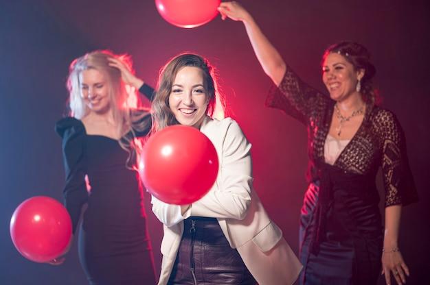 Le donne con palloncini alla festa