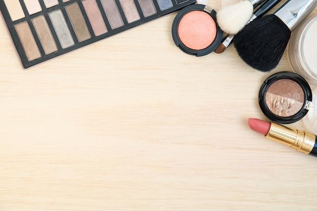 Le donne cosmetiche e compongono su fondo di legno