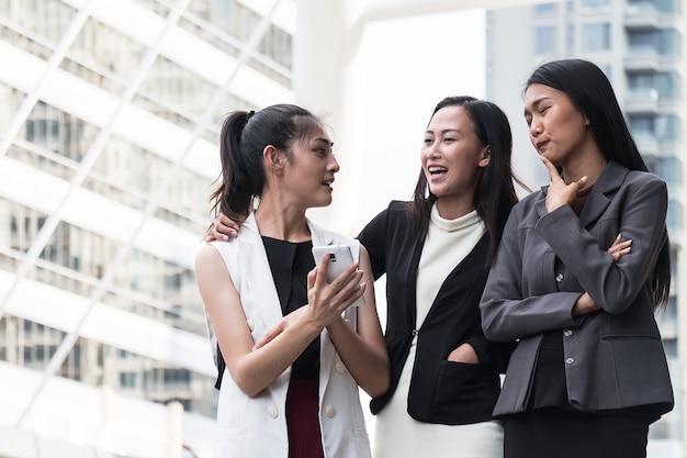 Le donne d'affari sono selfie e divertenti