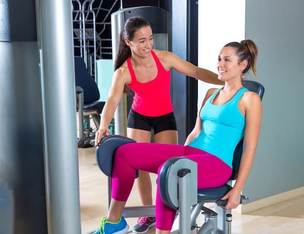 Le donne dell'abduzione dell'anca si esercitano alla palestra dell'interno