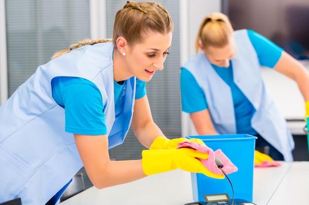 Le donne delle pulizie lavorano in ufficio