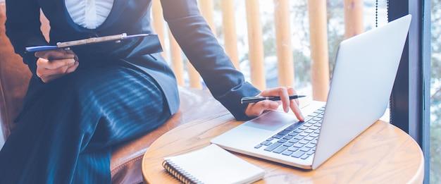 Le donne di affari stanno lavorando facendo uso del computer in ufficio.