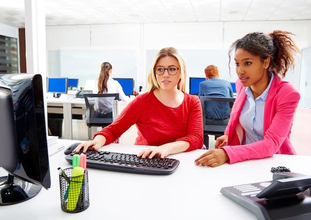 Le donne di affari team lavorano allo scrittorio dell'office