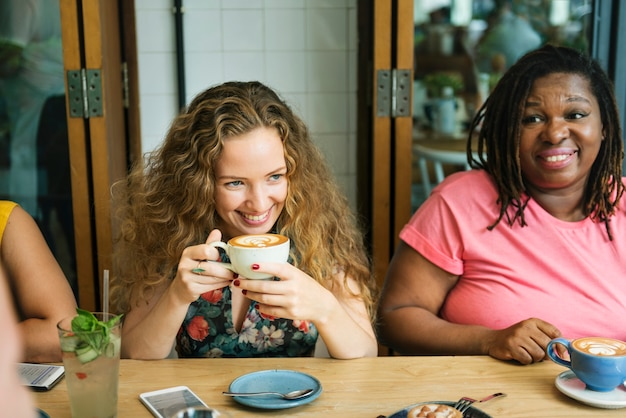 Le donne di diversità socializzano insieme il concetto di unità