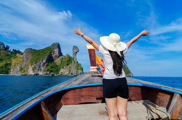 Le donne di koh kai sono felici sulla barca di legno krabi tailandia