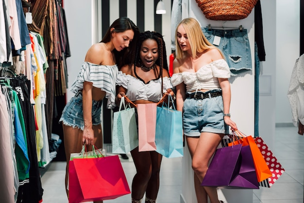 Le donne di vista frontale sono uscite dagli acquisti