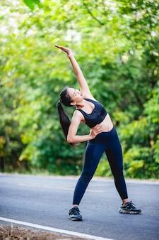 Le donne esercitano felicemente per una buona salute. concetto di esercizio