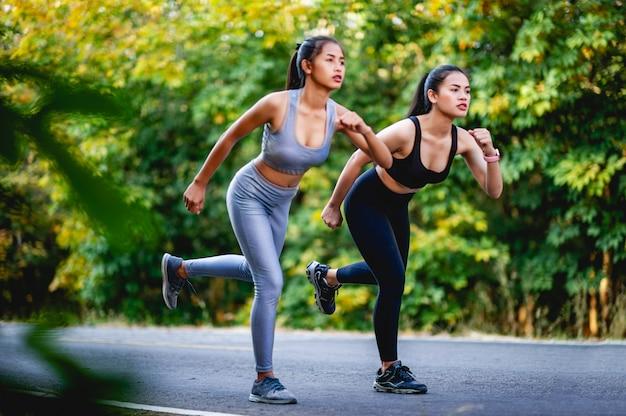 Le donne esercitano felicemente per una buona salute