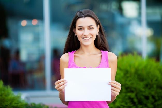 Le donne fanno affari con il poster con un messaggio di benvenuto