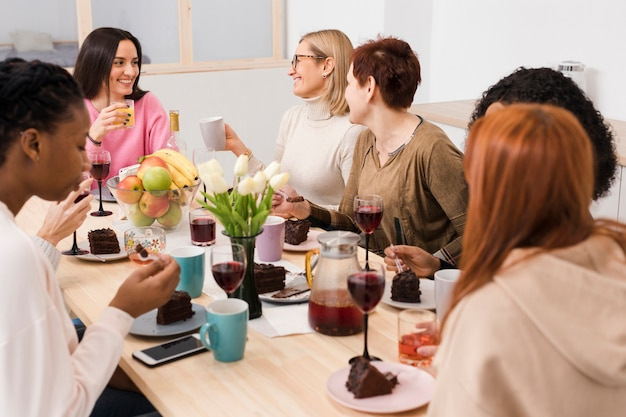 Le donne godono di un bicchiere di vino