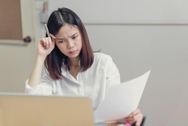Le donne hanno sottolineato a causa dell'uso del computer per molto tempo. il concetto di superlavoro è dannoso per la salute.