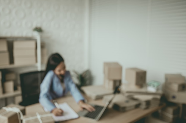 Le donne, i proprietari di piccole imprese stanno prendendo gli ordini, si preparano a fornire prodotti ai clienti