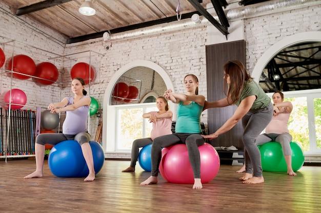 Le donne incinte facendo esercizi di fitness