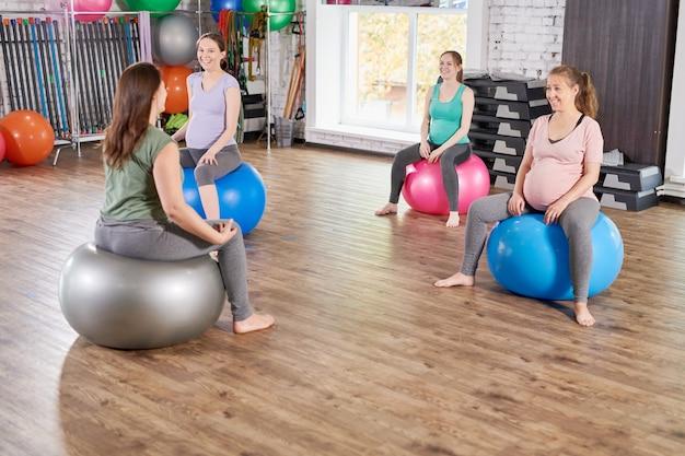 Le donne incinte facendo fitness