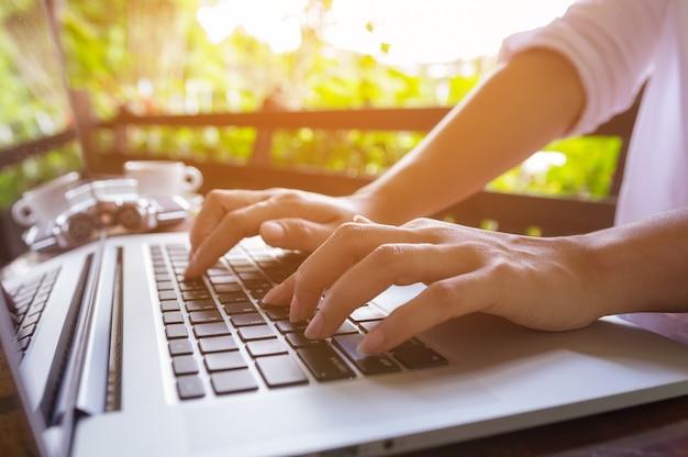 Le donne lavorano nei computer portatili.
